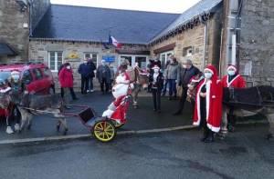 Pas de rennes pour le Père Noël mais des ânes, cette année, pour distribuer les colis destinés aux anciens de la commune.© Ouest-France